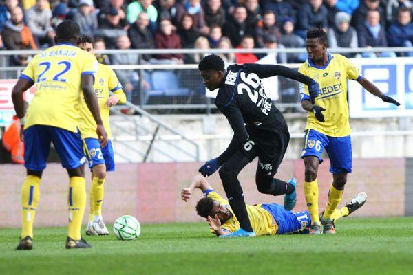 L'attaquant Chris Bédia (ici en noir) face aux Sochaliens lors du match FCSM-ESTAC en 2019.