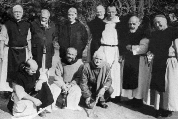 Une photo sans date précise sur laquelle figurent 6 des 7 moines assassinés en 1996 à Tibhirine, en bas : Frère Paul (à gauche), Frère Christophe( au centre), debout de gauche à droite : Frère docteur Luc Dorchier (2ème), Frère Michel (3ème), Père Amédée (2ème à droite) et Frère Jean-Pierre (à droite). Père Christian de Cherché ne figure pas sur cette photo..
