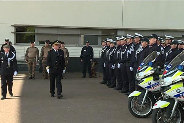 Le préfet de la Haute-Vienne à rendu hommage aux policiers morts pour la France lors d'une prise d'armes dans la cour du commissariat de Limoges.