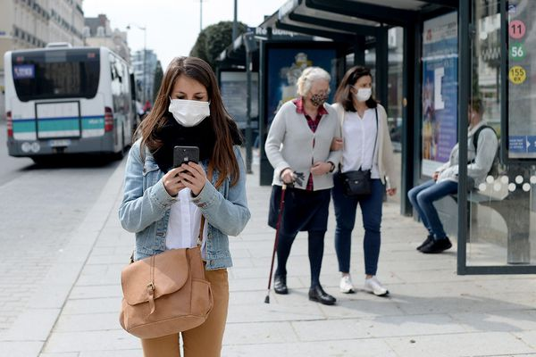 Officiellement, la France est confinée, mais partout, dans les rues, les gens circulent. Masqués.