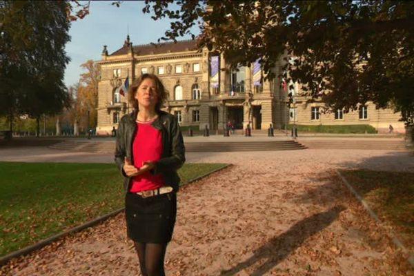 Anne-Laure Marie dans le quartier de la Neustadt à Strasbourg, explique comment a été vécu le retour de l'Alsace et de la Moselle avec les 4 cartes d'identité
