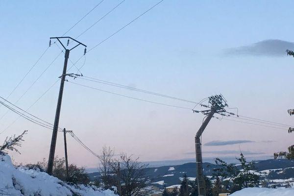 Un pylône en béton cassé par la tempête de 2019