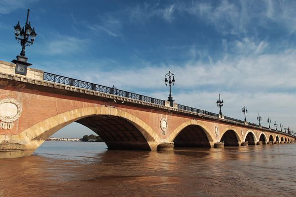 Vue du pont de pierre depuis la Garonne