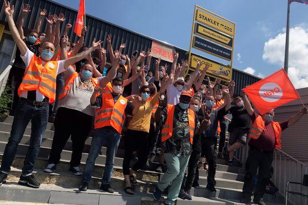 Les salariés de l'entreprise Stanley Manufacturing protestent contre le faible taux d'intéressement proposé par leur direction.