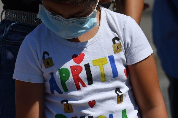 """Une inscription """"ouvrez l'école"""" sur le tee-shirt d'une enfant lors d'une manifestation de parents d'élèves, à Rome le 8 juin - Photo d'illustration"""