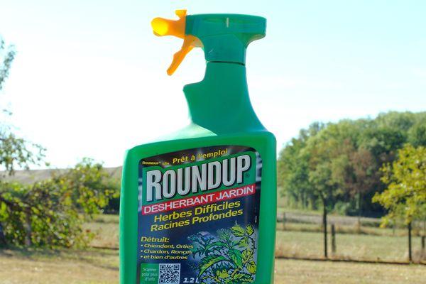 Flacon de désherbant Roundup de la marque Monsanto