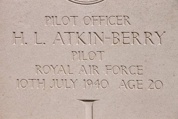 La tombe d'Harold Leslie Atkin-Berry, pilote de la Royal Air Force, décédé le 10 juillet 1940, à l'âge de 20 ans.