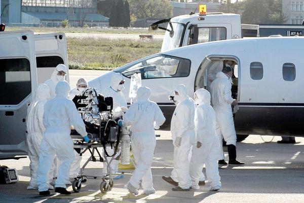 Nîmes - le CHU surchargé transfère 6 malades en réanimation à Toulouse et 4 en Bretagne à Brest - 27 octobre 2020.