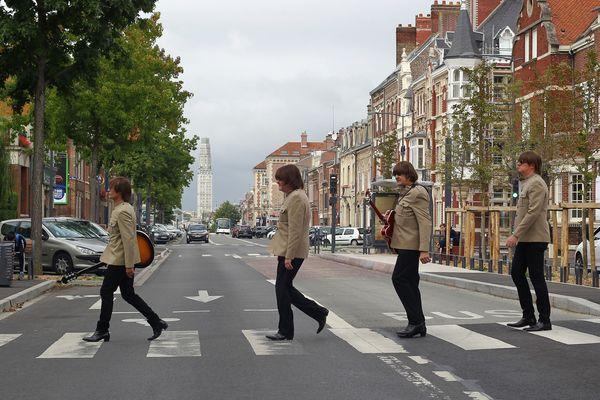 Les Amiénois des Rabeats traversant à la manière de Beatles la chaussée Jules-Ferry, leur Abbey Road à eux.