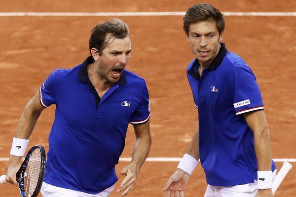 Julien Benneteau (à gauche) et Nicolas Mahut (à droite) qualifie la France pour la demi-finale de la Coupe Davis, le 8 avril 2017