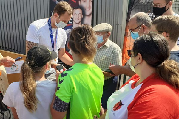 Valentin Porte, handballeur champion olympique signe des autographes à ses fans de Toury, la ville de son enfance en Eure-et-Loir ce dimanche 15 août 2021.