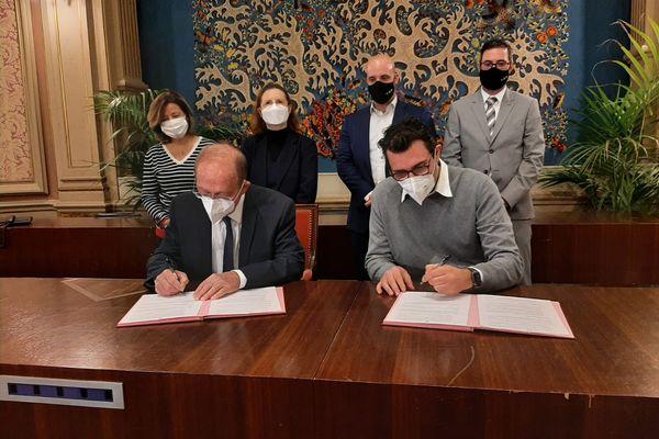 Signature pour le lancement de la mutuelle communale hier à Menton. A gauche, Jean-Claude Guibal, maire de la ville et Raphaël Huré, administrateur de l'association Mut'Com.