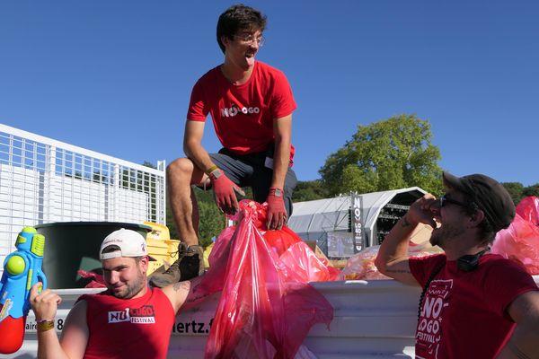 Dimitri Perche, Hubert Garing et Renaud Roata, régisseur écologique du festival, font partie de l'équipe chargée de récolter les déchets des festivaliers