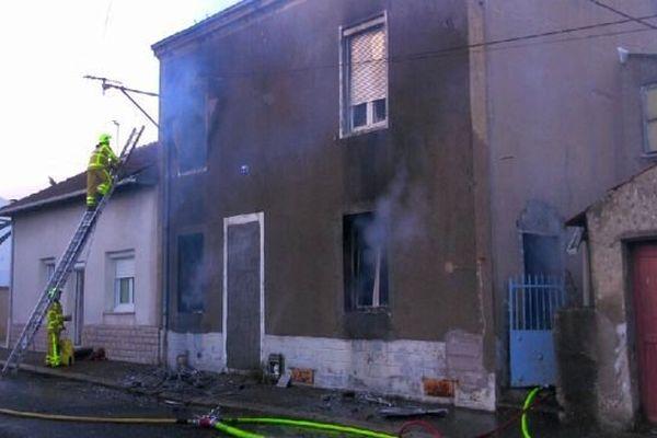 Un incendie s'est déclaré mercredi 4 mars 2015 dans d'une maison désaffectée située Petite Rue de la Barre, au Creusot, en Saône-et-Loire.