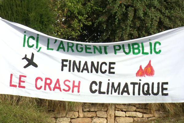 Une banderole déployée par les associations écologistes à Dole Tavaux.