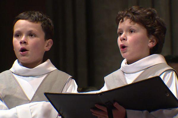 Aurélien et Dorian Laurant-Noël, les jumeaux chanteurs qui participent à l'émission Prodiges, se sont produits pour la première fois en tant que solistes lors de la messe de minuit en la cathédrale de Reims ce 24 décembre 2019.