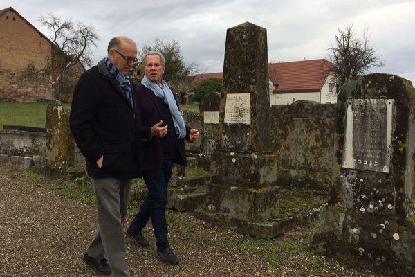 Jean-Louis Debré (à droite) arpentant le cimetière juif de Westhoffen en compagnie du maire, Pierre Geist.