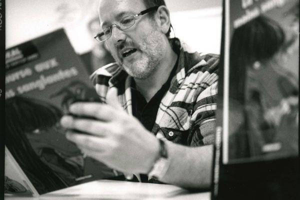 """Benoit Sokal, né le 28 juin 1954 a Bruxelles, habitait Reims, il est décédé le 28 mai 2021. A 20 ans, il a créé le personnage de Canardo, un inspecteur aux allures un peu vaseuses. Depuis 1998 , il collaborait au graphisme de jeu video et a supervisé le développement de """"l'Amerzone"""" 2000."""