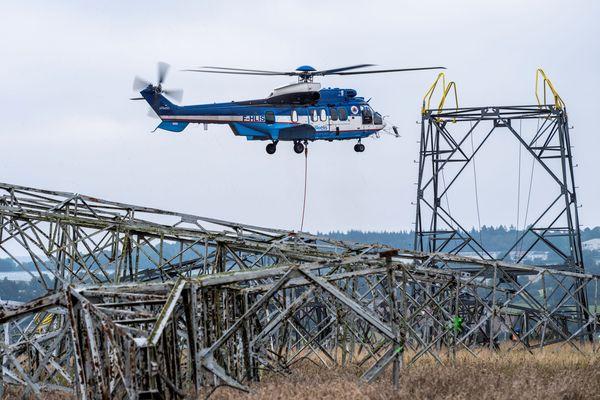 RTE procède à la rénovation de la ligne 225 000 V qui va des Mauges à Vertou en remplaçant les pylônes à l'aide d'un hélicoptère
