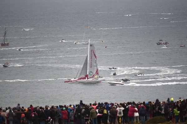 La foule est nombreuse à s'approcher des falaises pour être au plus près des bateaux
