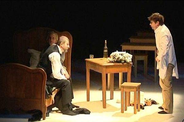 Six comédiens incarnent Robert Walser sur la scène de l'Espace Gruber.