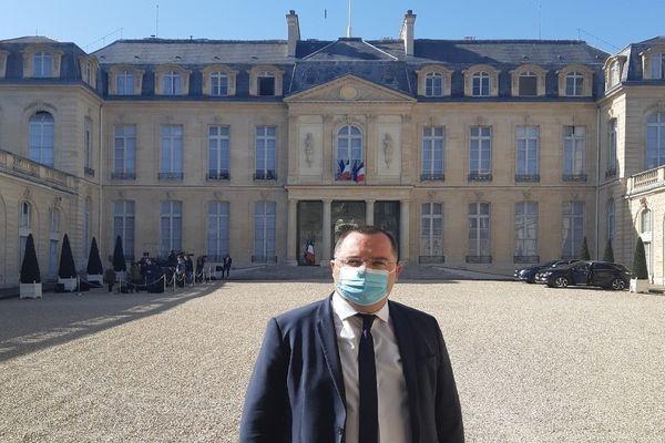 Le maire pose fièrement devant l'Elysée où il a été reçu le 31 mars