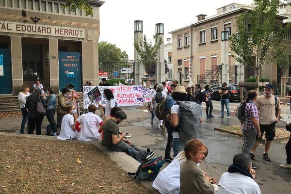 Lyon : des soignants protestent contre le pass sanitaire et l'obligation vaccinale