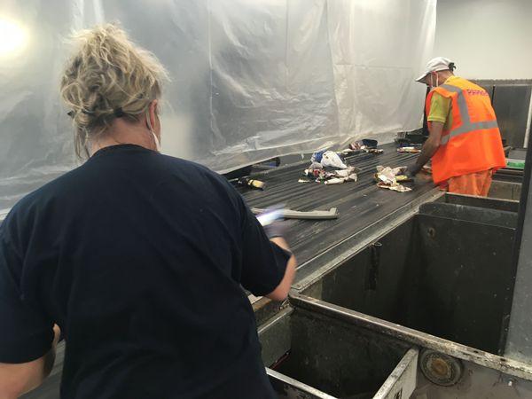 Les agents de tri redoutent la présence de masques ou de gants infectés dans les poubelles qu'ils doivent trier