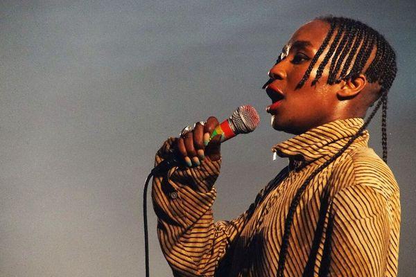 La chanteuse Faty Sy Savanet du duo Tshegue a retourné la petite scène Gwernig dès le premier soir, entre énergie punk et rythmes venus d'Afrique