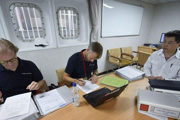 Contrôle des documents à bord du bateau chinois