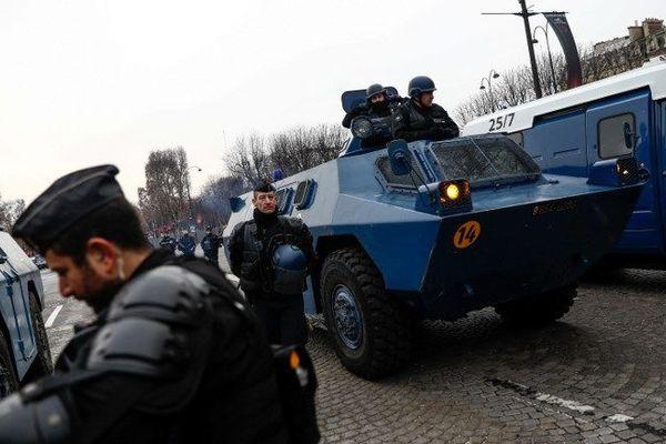 Des blindés de la gendarmerie (VBRG) sur les Champs-Elysées à Paris.