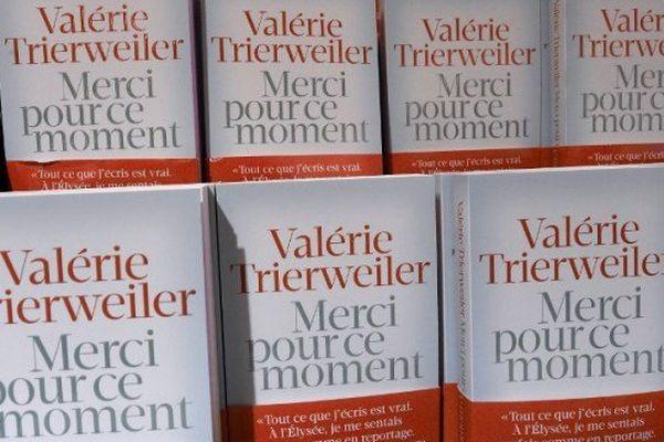 """Tiré à 200 000 exemplaires, le livre """"Merci pour ce moment"""" de Valérie Trierweiler est en rupture de stock dans la plupart des librairies."""