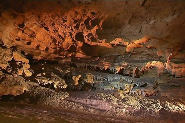 Les visiteurs découvrent les 150 mètres de galeries souterraines des Grottes de la Norée.