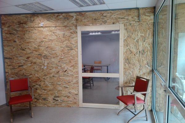 """Une cloison équipée d'une vitre en plexiglas permet aux familles de rendre visite aux pensionnaires de l'EHPAD """"Cité St-Joseph"""" à Plaisance du Gers."""
