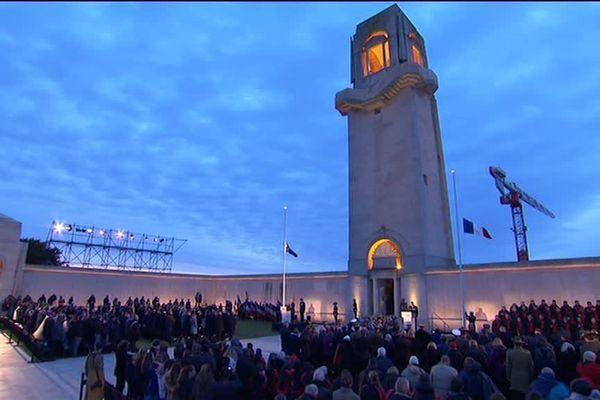 L'aube se lève sur le mémorial national australien de Villers-Bretonneux lors de la cérémonie de l'Anzac Day 2017