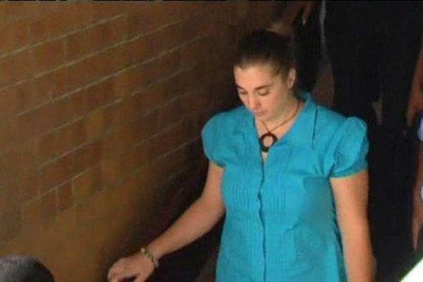 Pas de réaction apparente sur le visage d'Aurore Gros-Coissy à la sortie de la salle d'audience ... la jeune femme, reconnue coupable de trafic de Subutex en novembre 2014 par la justice de l'Ile Maurice, devra encore patienter pour être fixée sur sa peine. 14 janvier 2015