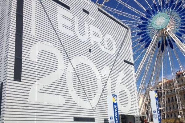 Le Cube M qui trône sur le Vieux Port et célèbre l'Euro-2016 à Marseille.