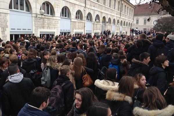 Rassemblement des lycéens sur l'esplanade des droits de l'homme, à Besançon