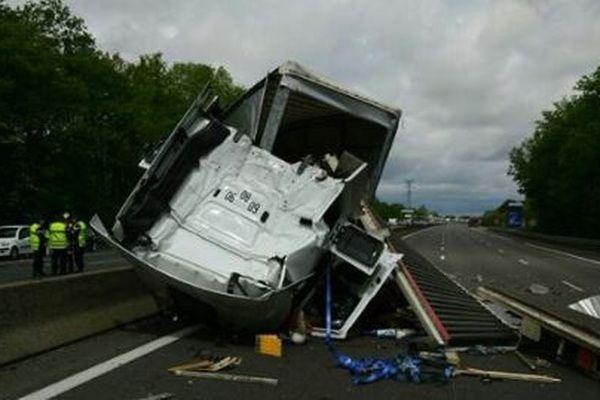 Accident sur l'A10 au nord d'Orléans- 3 poids lourds impliqués - La circulation est interrompue dans les deux sens de circulation depuis 13h. Des déviations ont été mises en place.  25 avril 2018
