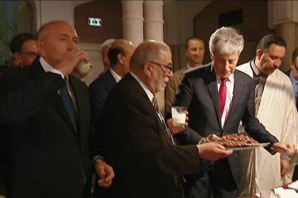 A gauche, Gérard Collomb accompagne la rupture du jeûne.