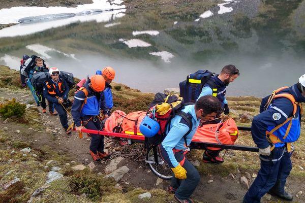 A cause de la neige et du brouillard, les secours ont du évacuer à pied la victime vers un endroit accessible pour l'hélicoptère - 23 mai 2021