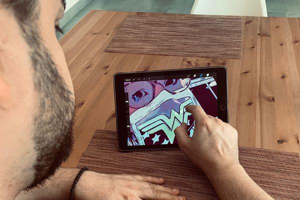 Sur sa tablette, Daniel Kuzet imagine les soignants en super-héros.