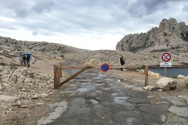 Depuis le 19 mars, une barrière a été mise en place pour restreindre l'accès aux véhicules motorisés et fermer l'accès au Cap Croisette.