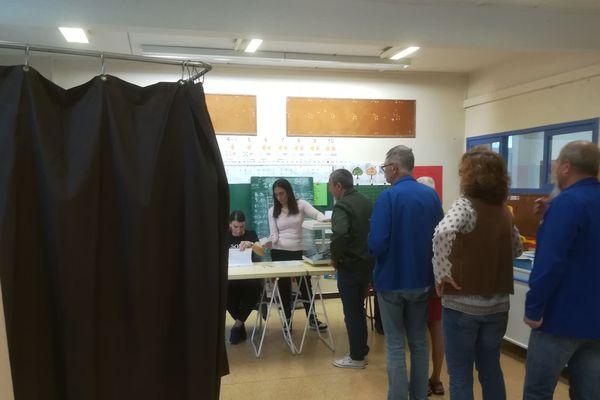 Des électeurs dans un bureau de vote à Marseille ce dimanche matin.