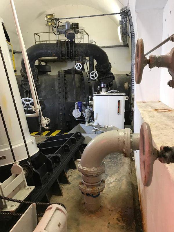 La salle des machines, à l'intérieur du barrage, permet la distribution de l'eau du lac en fonction des besoins d'irrigation du territoire.