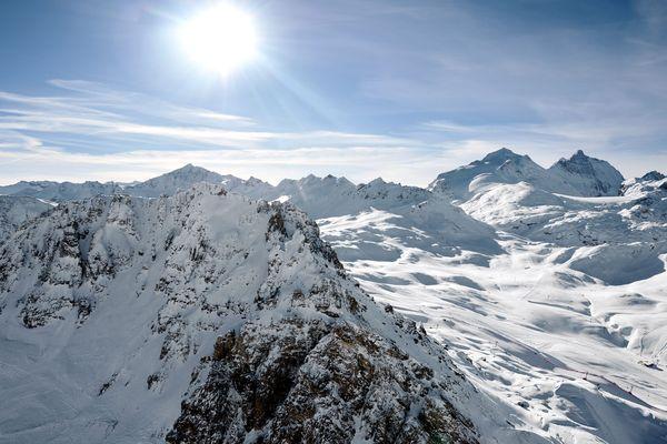 Les flocons de neige qui tombent dans les Alpes contiennent des particules de plastique. Photo d'illustration.