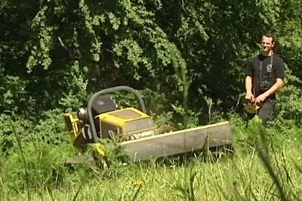 Cet éleveur de bovins près d'Escot, dans les Pyrénées-Atlantiques a investi dans un tracteur télécommandé