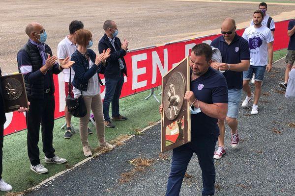 Le premier bouclier de la Nationale rugby entre les mains de l'US Bressane sous les applaudissements du stade de la Verchère à Bourg-en-Bresse