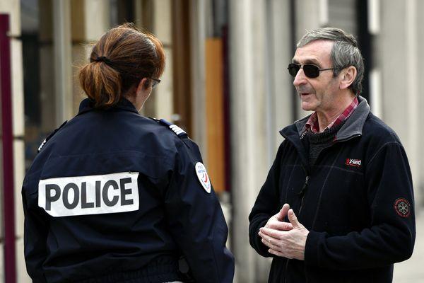 Avec les contrôles des mesures de confinement, les policiers sont directement au contact de la population, sans protection.
