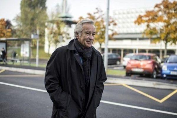 Francois Rebsamen marchant dans une rue de Dijon le 24 octobre 2013